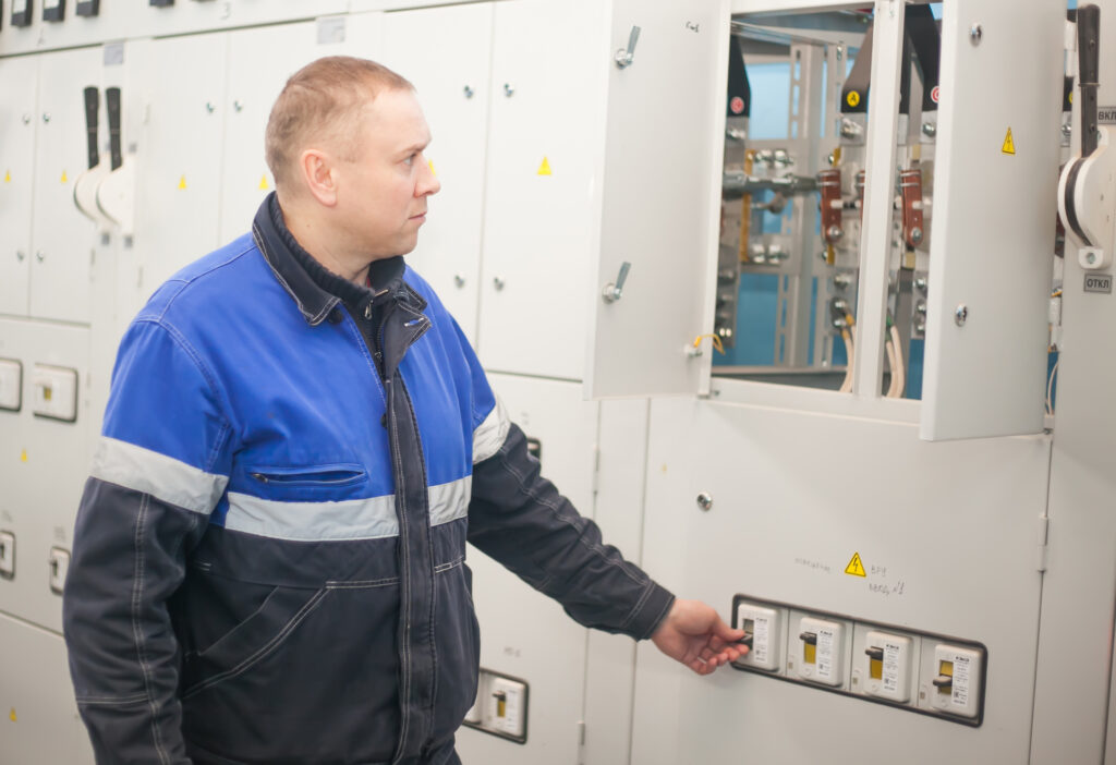 20180126 shuchin belarus professional electrician installing components in electrical shield january 26 2015 2