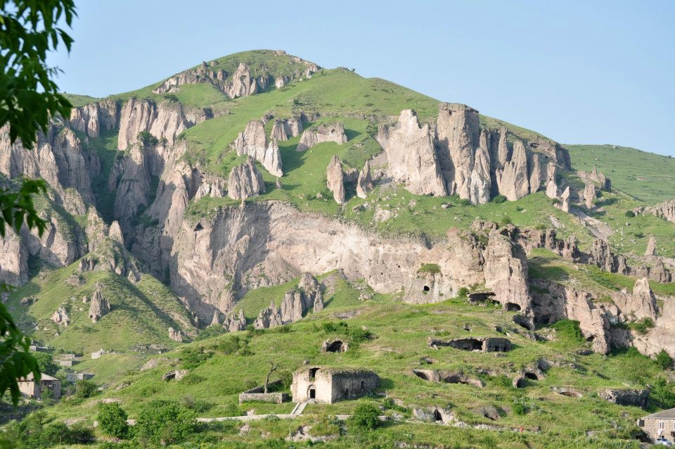 goris is set in a dramatic mountainous landscape illustrated by the cave settlements of the old town and the distinctive stone built houses of the new town